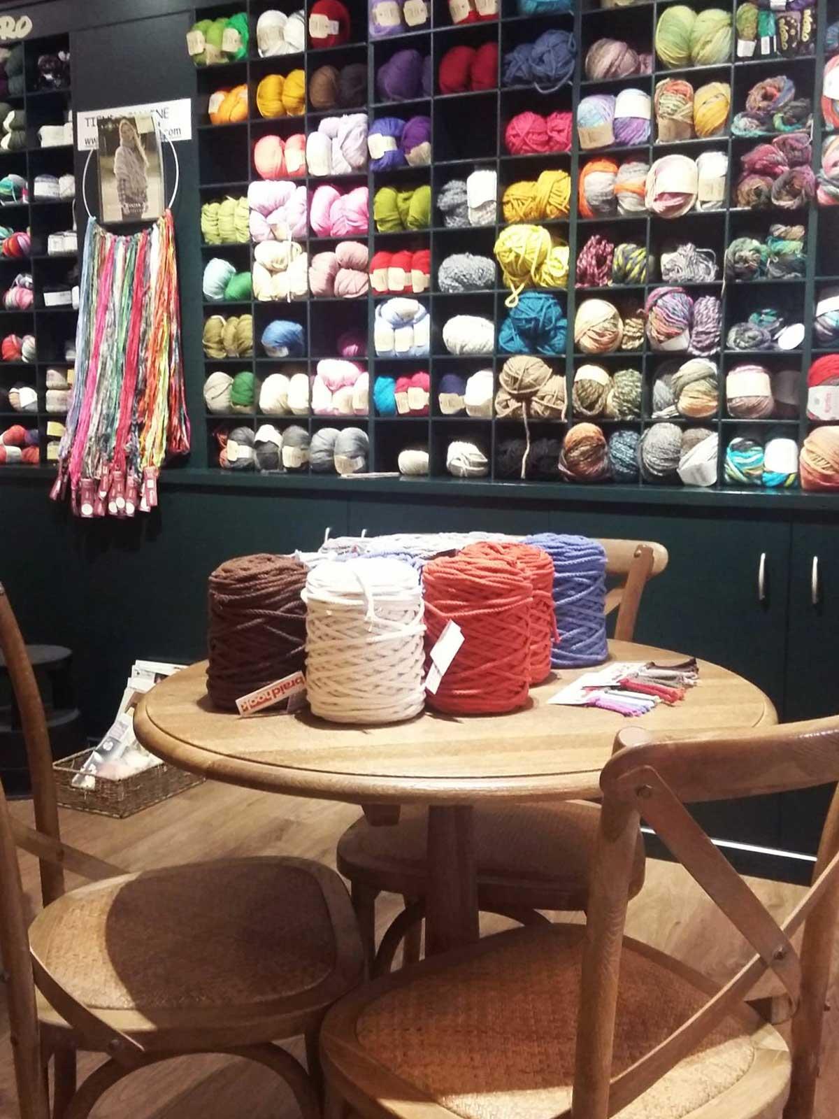 Mesas são ponto de encontro de artesãs no ateliê de artesanato Oyambre, em Barcelona