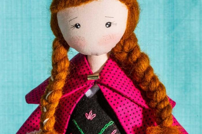 Detalhe da boneca Ana da expert Luciana Kummer