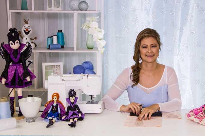 A expert Luciana preparando seu curso de bonecas de pano estilo oriental na eduK