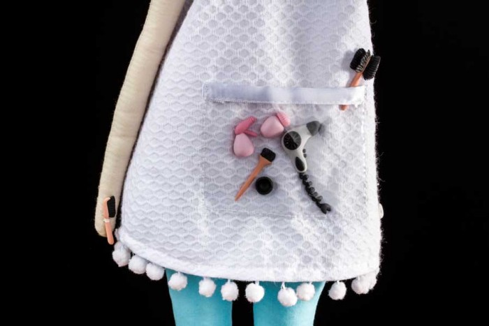 Detalhes da boneca cabeleireira estilo Tilda feita por Lu Gastal para o curso