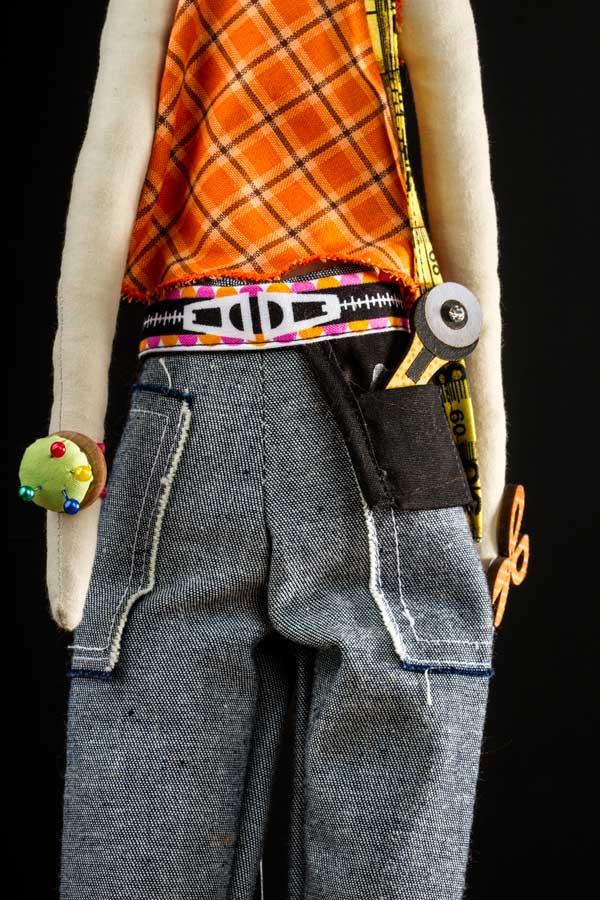 Detalhes da boneca costureira estilo Tilda feita por Lu Gastal para o curso