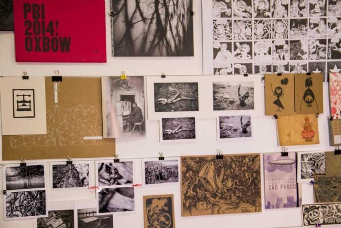 Detalhes dos trabalhos de Pablo na parede do seu ateliê