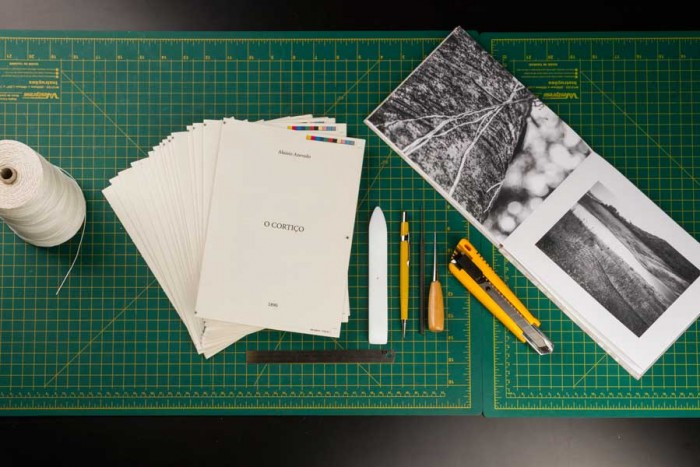 Exemplos das ferramentas usadas no curso e do processo de impressão de cadernos