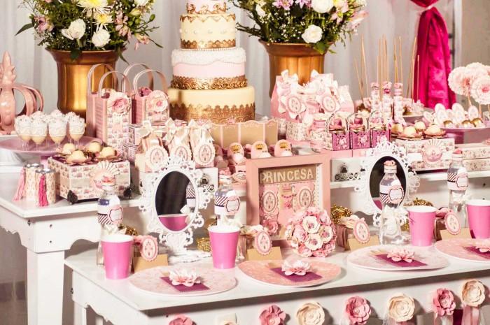 Mesa preparada para o curso festa aniversário da princesa da eduK