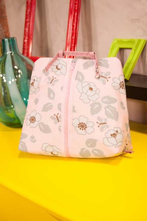 Necessaire pequena que vira uma linda mochila é uma opção que se adapta às necessidades de muitas clientes