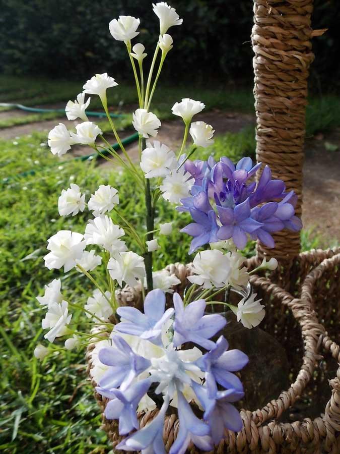 As delicadas flores em biscuit da Alessandra Assi (crédito da foto: Alessandra Assi)