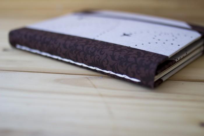 Costura correntinha torcida feita pela Danieli Barbara no seu curso Encadernação: livros e cadernos para presente