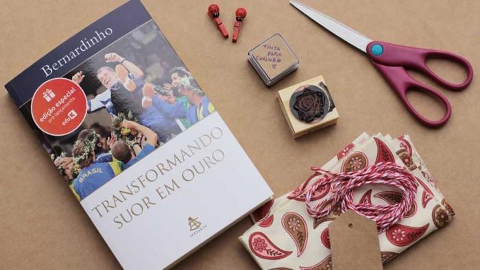 Materiais para fazer embalagem de um livro em tecido e sem cola