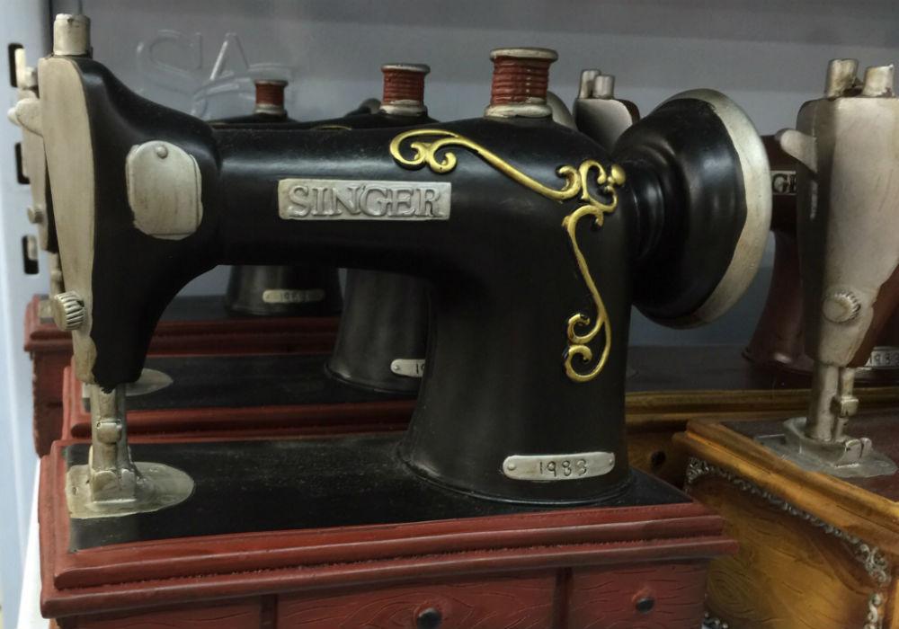 Olha o que encontramos: uma miniatura de uma máquina de costura. Fofo demais!