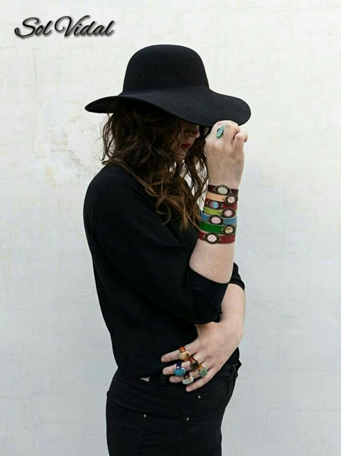 Pulseiras e anéis feitos por Sol Vidal