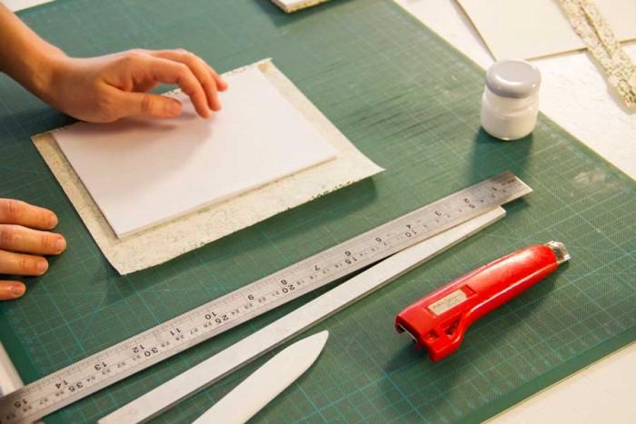 Materiais preparados para o curso de encadernação japonesa com Adriana Bento
