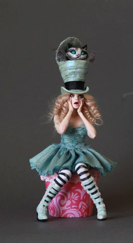 Figura da Alice em biscuit com mistura de materiais (reprodução do site: kerli_buzznet)