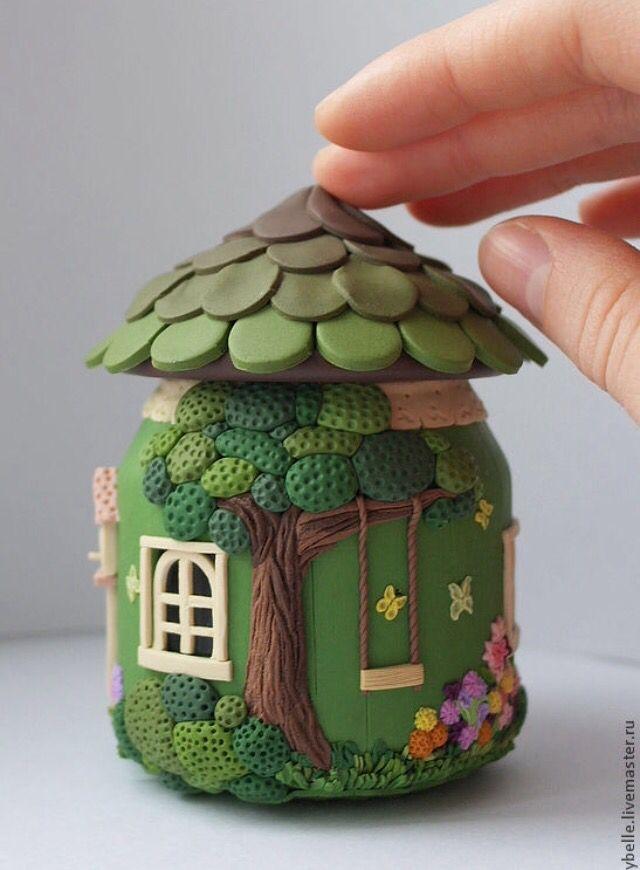 Vidro virou uma casinha, decorado com biscuit. (reprodução do site: livemaster)