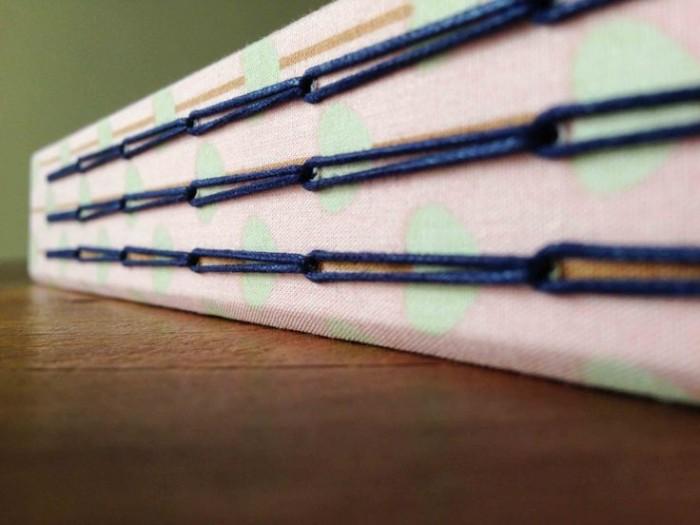 Costura de correntinha em livro de capa dura com três cadernos internos (crédito da foto: o velho chico)