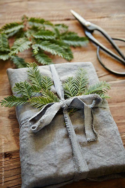 e porque não usar o próprio tecido, aproveitando sua textura? embalagem em tecido com fita em tecido (crédito da foto: stocksy)