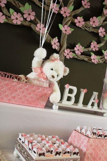 decoração para festa com ursos de pelúcia tudo rosa para menina (reprodução do site: catchmyparty)