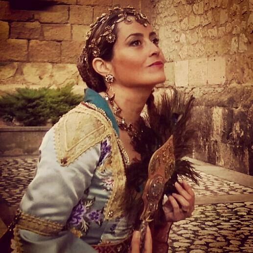 Millyta vestida com traje típico de princesa Moura, feito por Mimi.