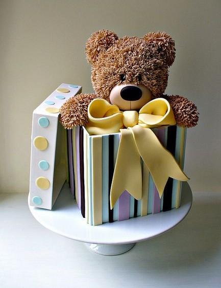 Bolo de biscuit em formato de caixa e urso de pelúcia (reprodução do flickr de Isabelle bambridge)