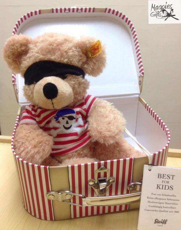 O ursinho pirata, com acessórios e camiseta, dentro de uma descolada caixa, feita em cartonagem (reprodução do site: magpies gifts)