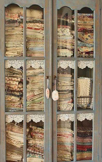 Tantos tecidos acumulados com potencial para se tornarem peças lindas! (reprodução do site: theoldpaintedcottage)