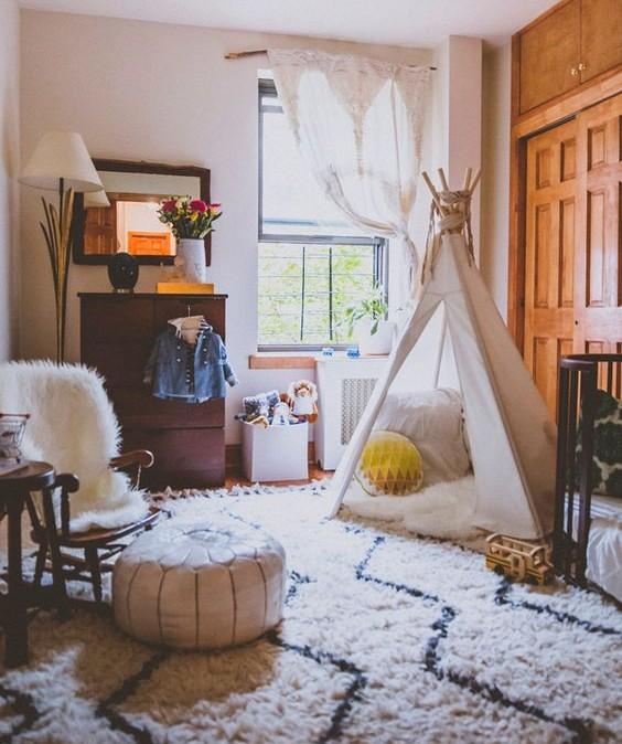 Texturas pesadas e cores neutras neste quarto de bebê com cabana e berço baixo no estilo montesoriano (reprodução do site: Project nursery)