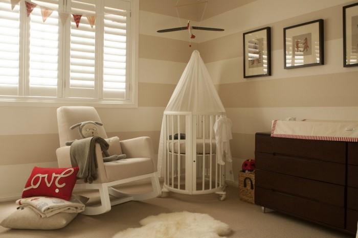 Cores cálidas e tranquilas num quarto de bebê neutral com toques de vermelho (reprodução do site: project nursery)