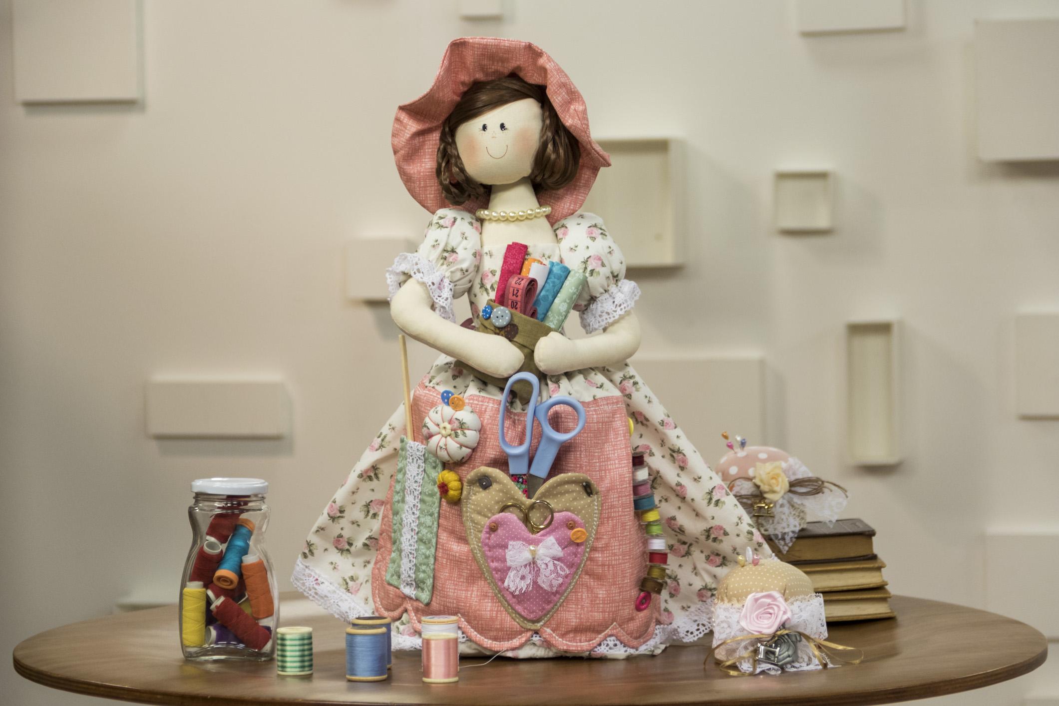 Uma das bonecas que você vai aprender no curso Bonecas decorativas e utilitárias para casa