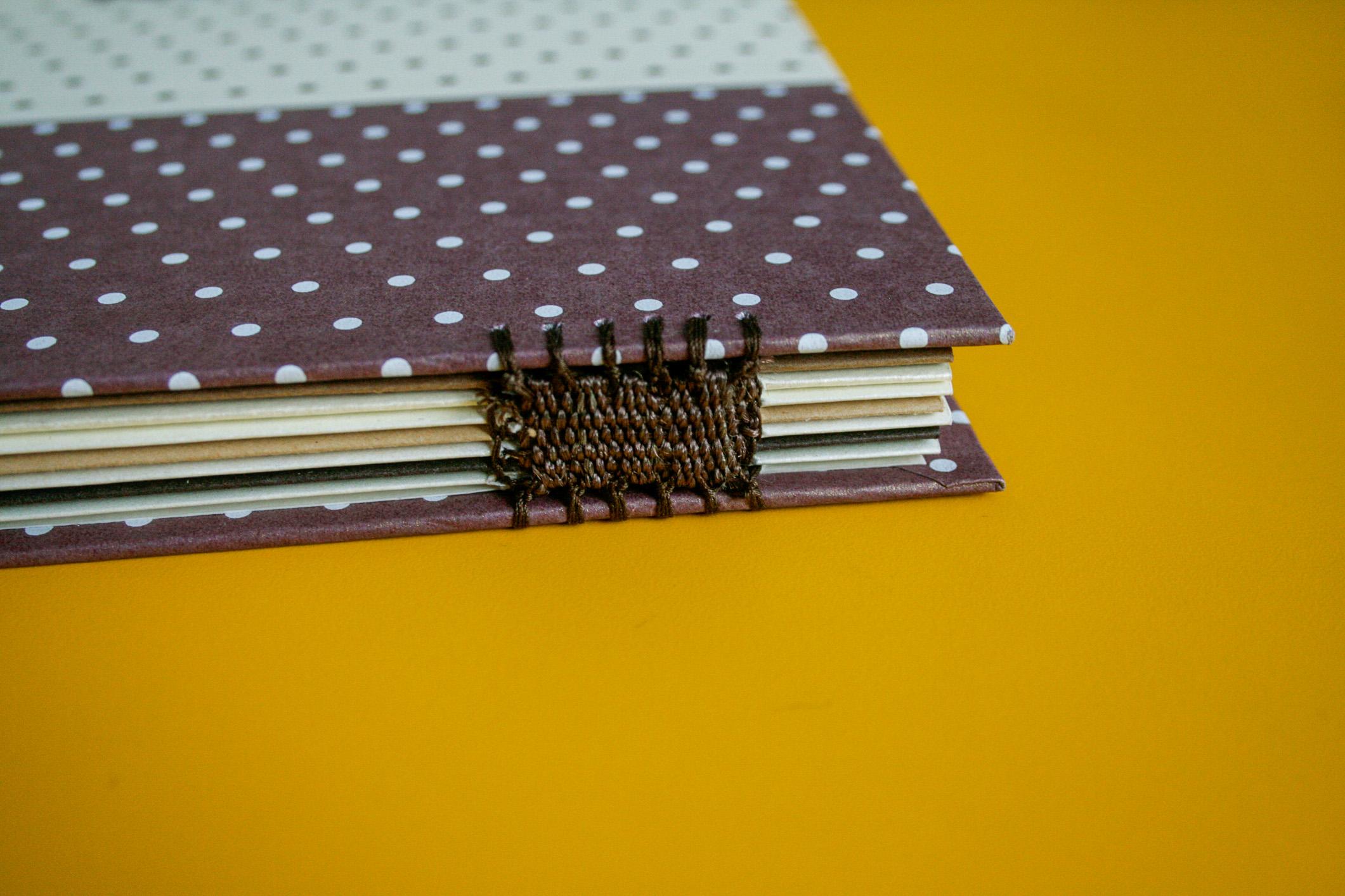 Detalhe da costura do álbum feito à mão: presente perfeito para o dia das mães