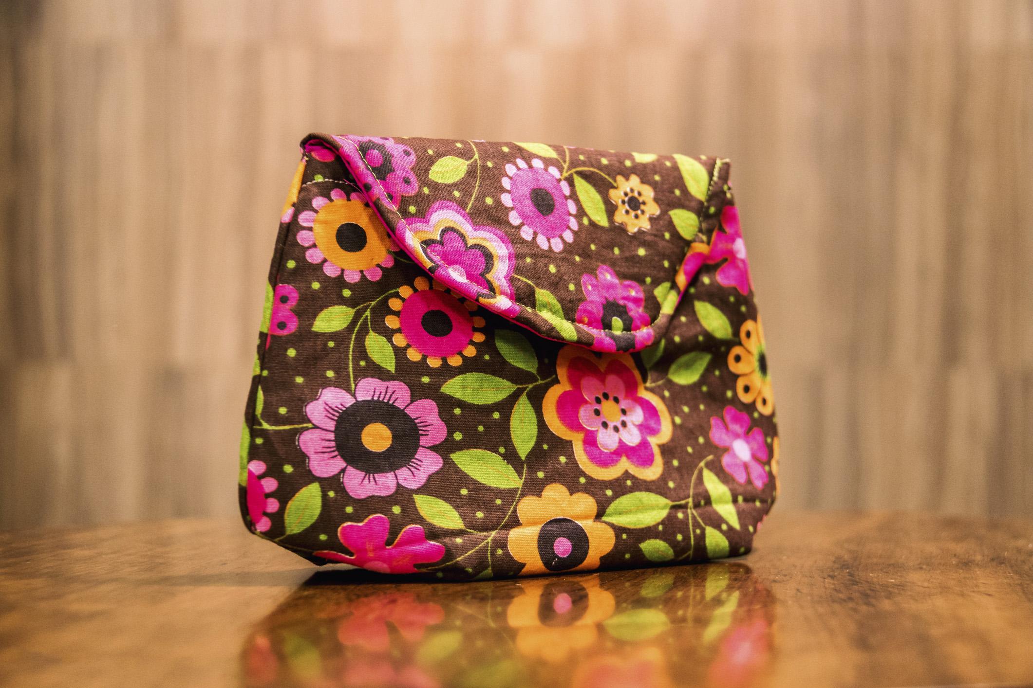 465bd1553 A bolsa clutch em tecido pode ganhar infinitas combinações de cores e  estampas