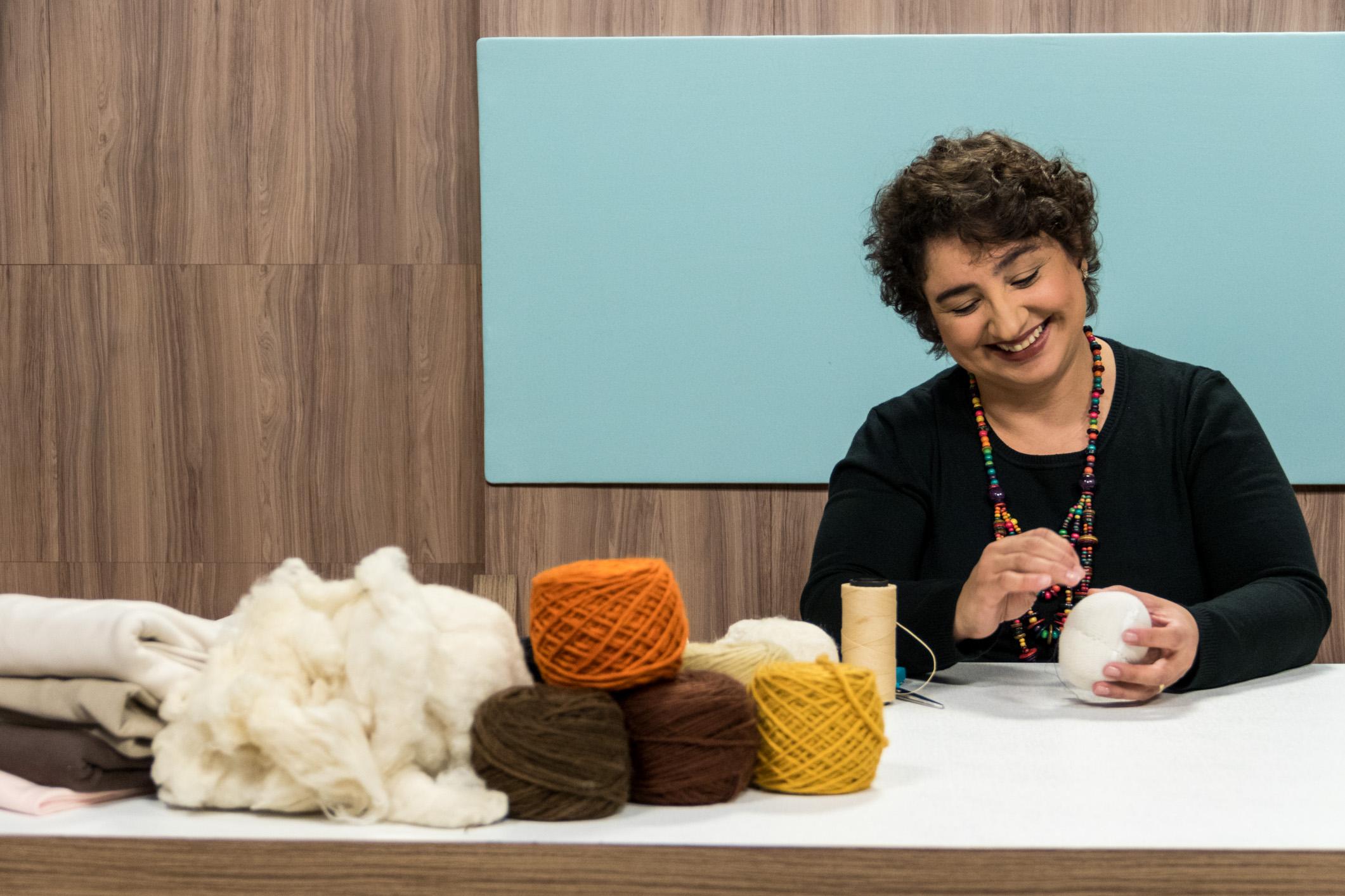 A artesã Andréia Kusaba, autora do curso Bonecos artísticos com fibra natural