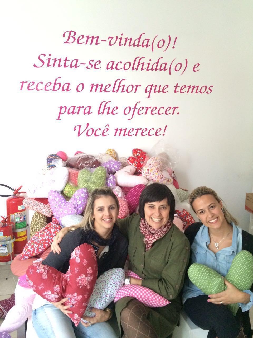 Carol durante a entrega das almofadas ao Grupo Rosa e Amor