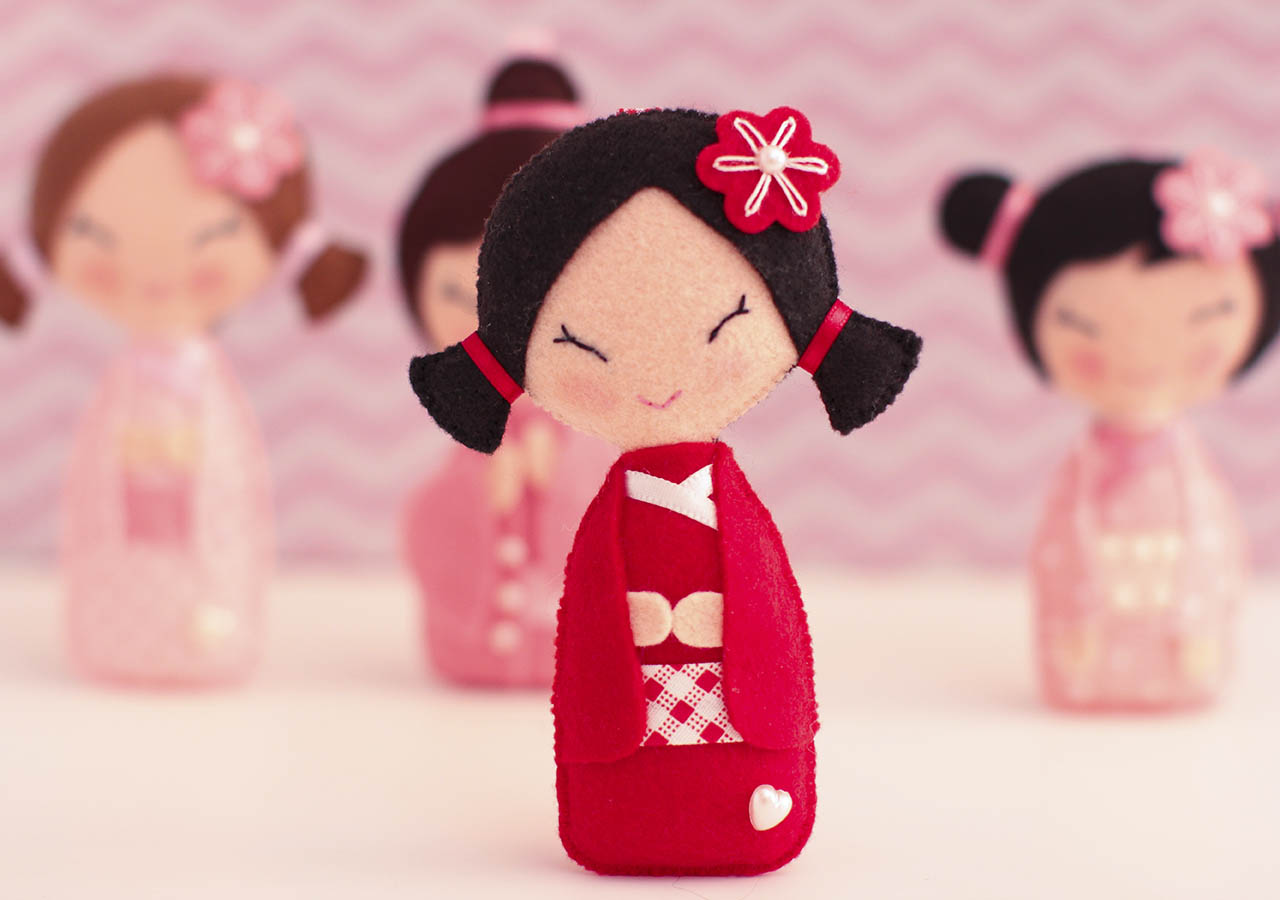 Detalhe de uma das Kokeshis, as bonequinhas tradicionais japonesas
