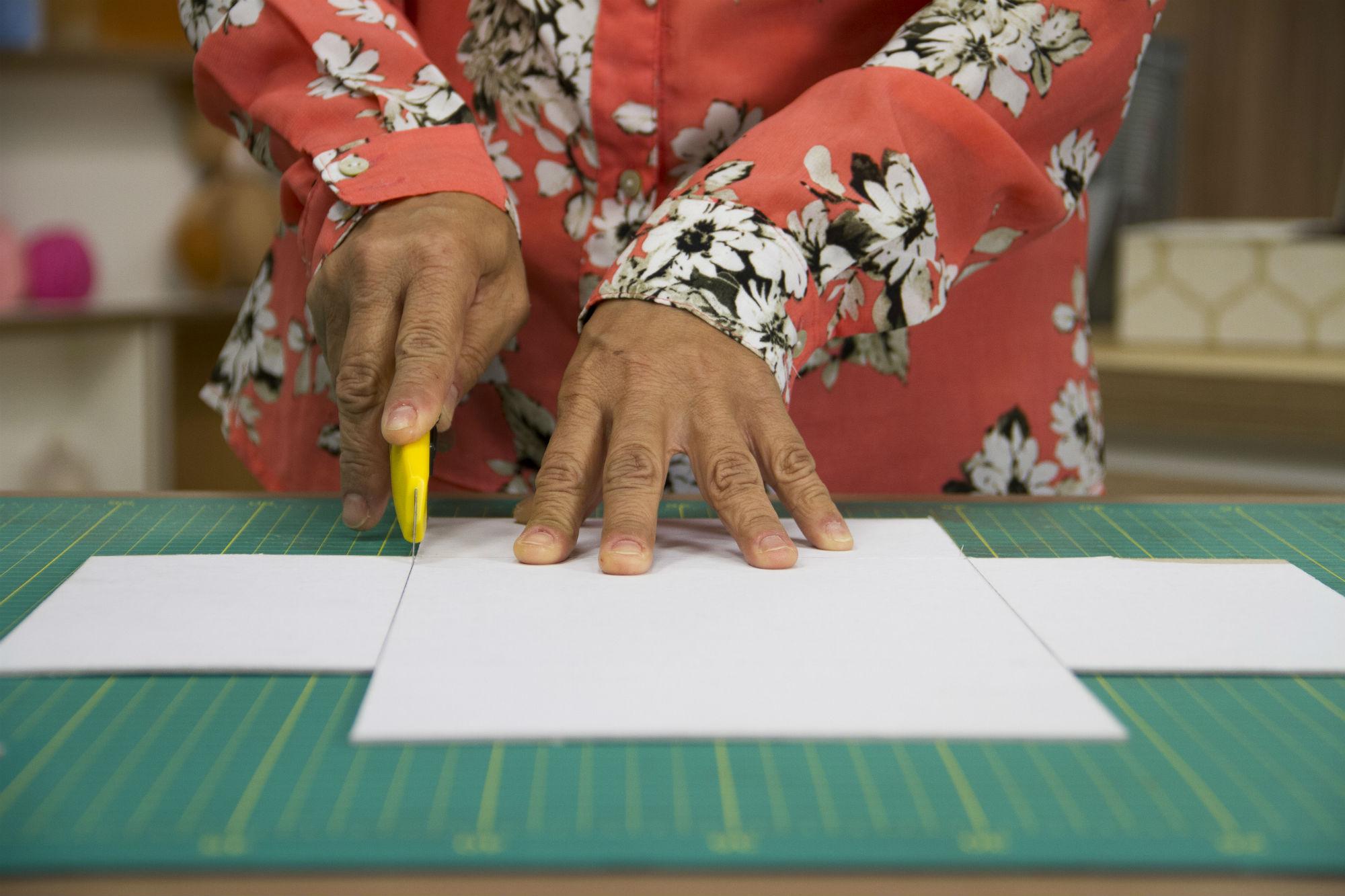 Estilete e papelão na mão para começar os trabalhos!
