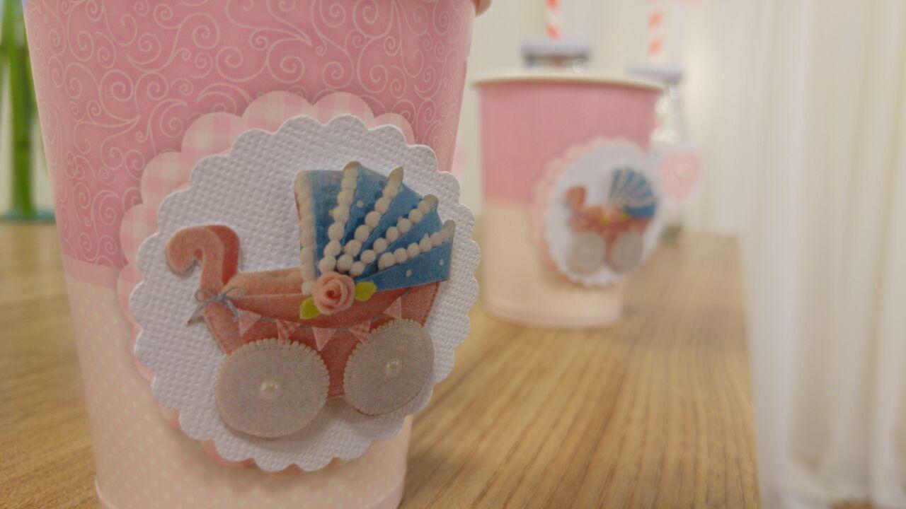 Detalhe da foto do carrinho de bebê em feltro usada também na papelaria da decoração para chá de bebê!