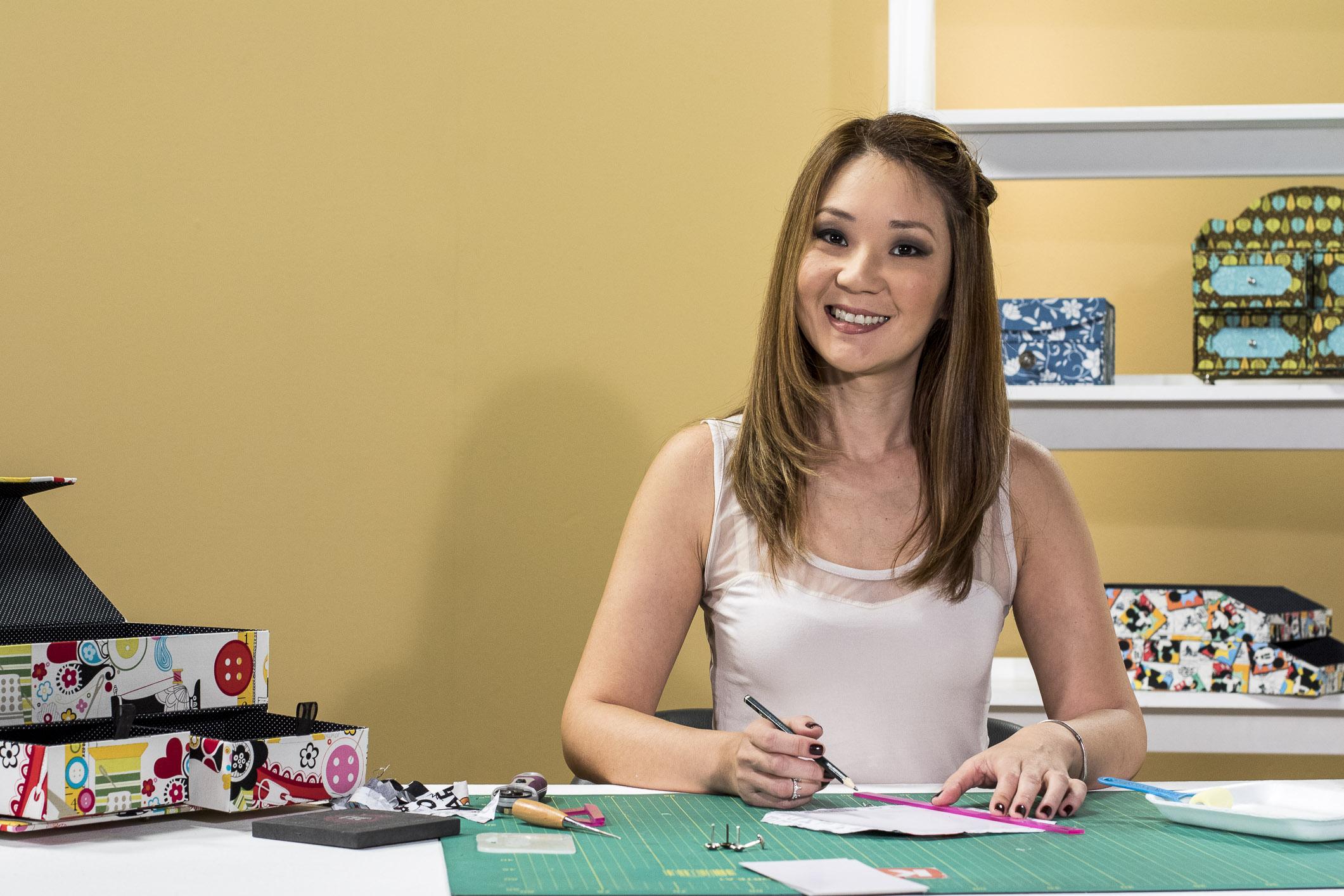 Claudia Wada em ação: a expert em cartonagem traz novas peças para inspirar o trabalho das alunas da eduK