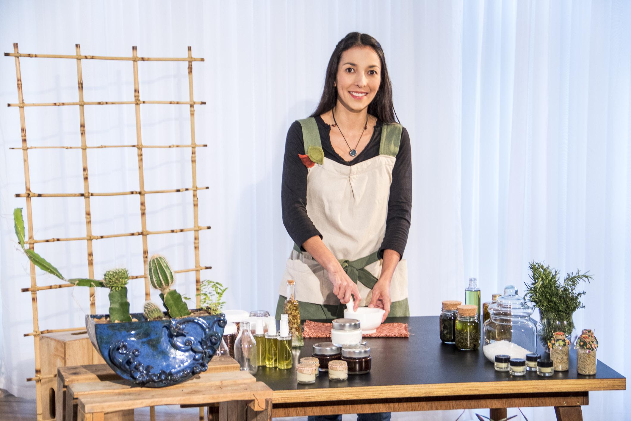 Especialista em cosmética natural, Débora Tieko faz a alquimia dos produtos em curso da eduK