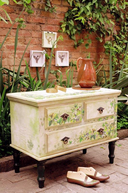 Apenas uma entre muitas possibilidades de se aplicar a pintura especial para restaurar móveis ou objetos antigos