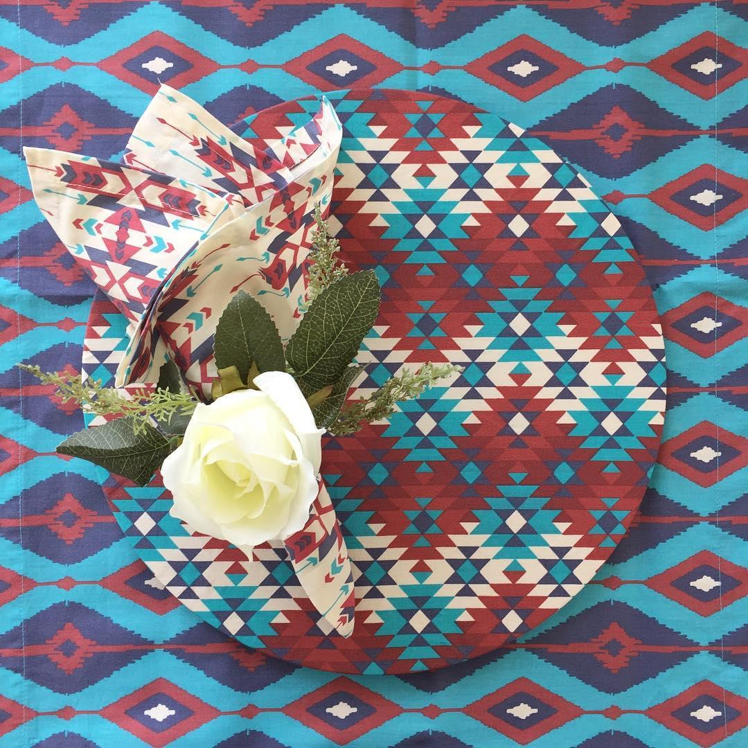 Os tecidos foram usados no caminho de mesa, no souplat e no prato da Azehaus (crédito da foto: Reprodução Instagram @azehaus)