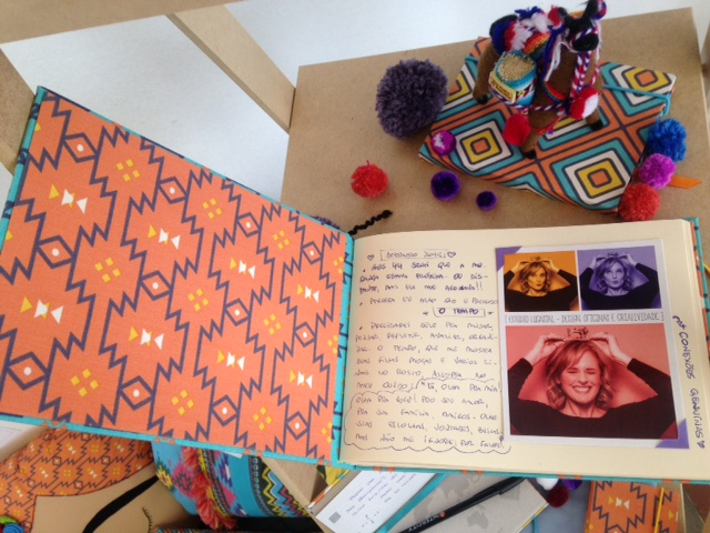 No diário de viagem, encapado com tecido da nova coleção, Lu registra a emoção de viajar em família
