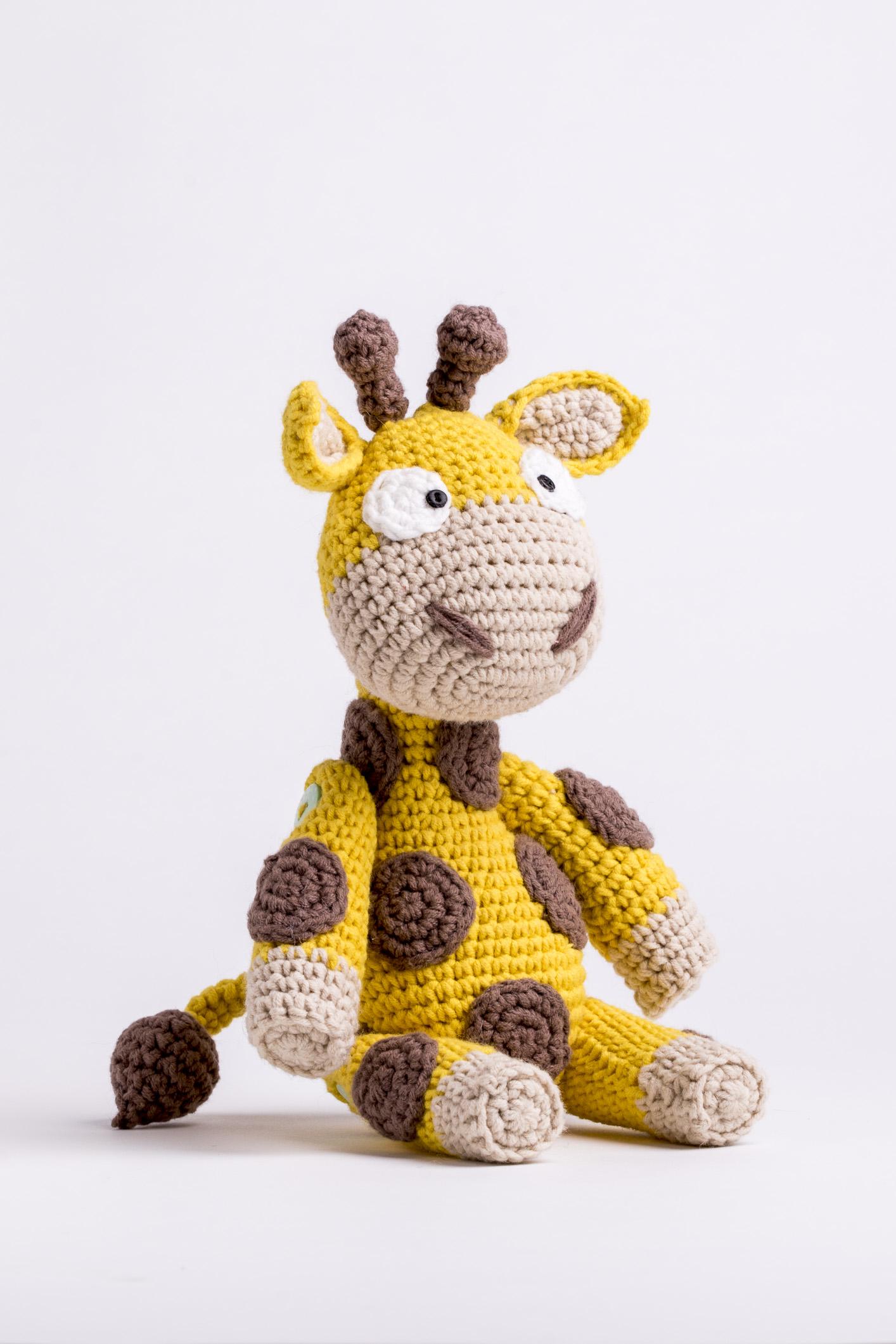 Peças confeccionadas em crochê, como a girafa Julia, podem ser personalizadas e se transformam em peças exclusivas para vender e presentear