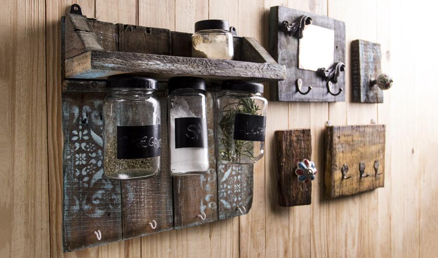 Peças como este porta-temperos com base de madeira e vidros reciclados são tendência no mercado de decoração