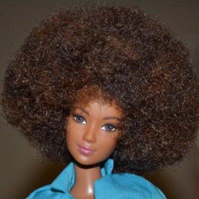 A primeira Barbie Negra foi comercializada em 1980. Apesar do black power, os traços ainda não são fiéis à realidade da maioria