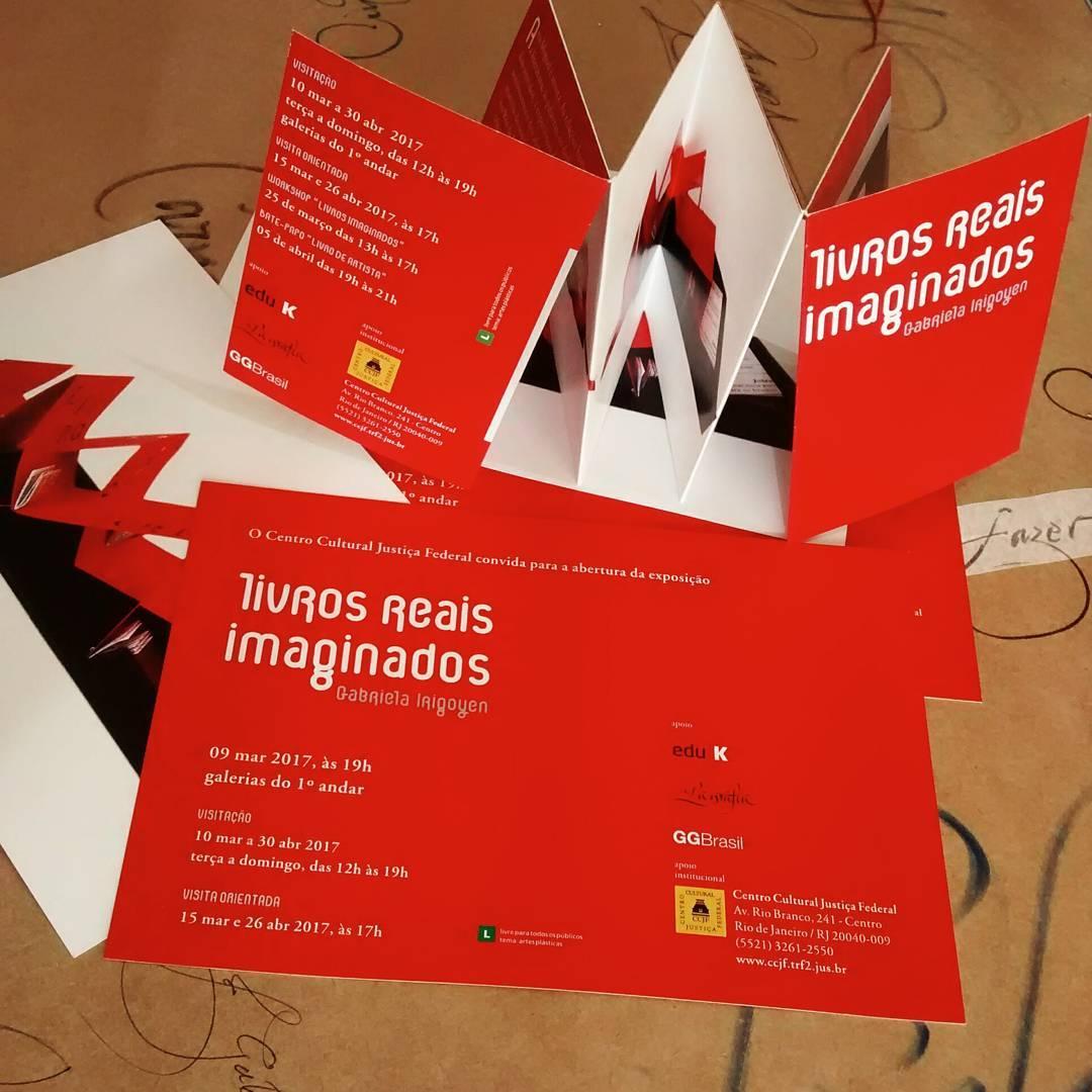 O convite da exposição já dá uma mostra da criatividade de Gabriela Irigoyen e sua forma de trabalhar os livros