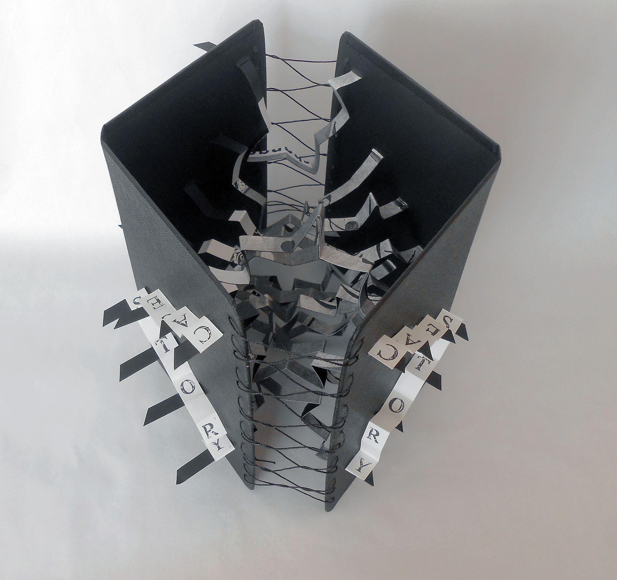 Nesta obra é possível observar a técnica da laçada francesa, utilizada por Gabriela Irigoyen