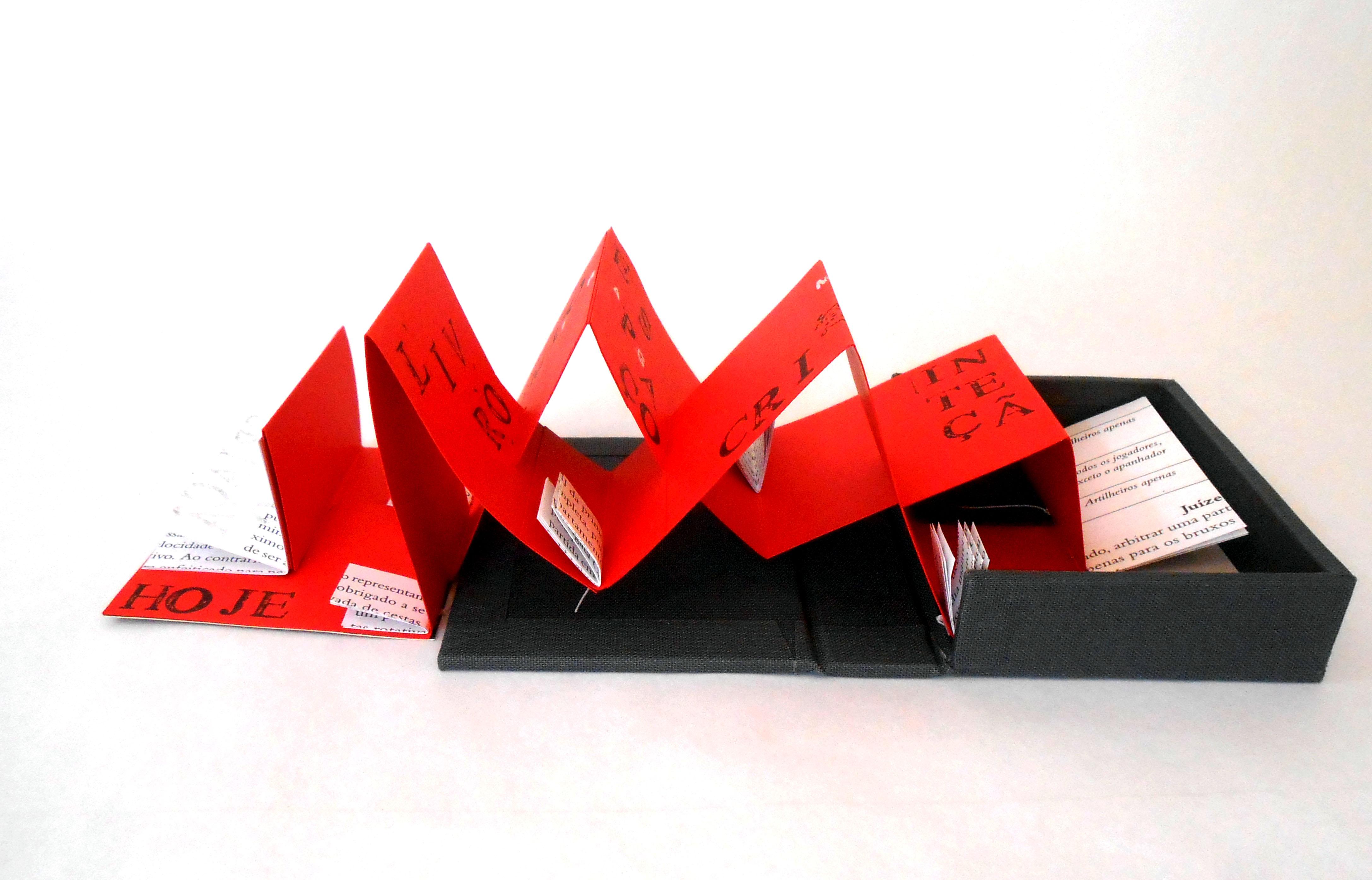 Peça feita a partir do uso da concertina com encaixes em diferentes pontos e com tiras de tamanhos variados para criar volume e alturas diversas