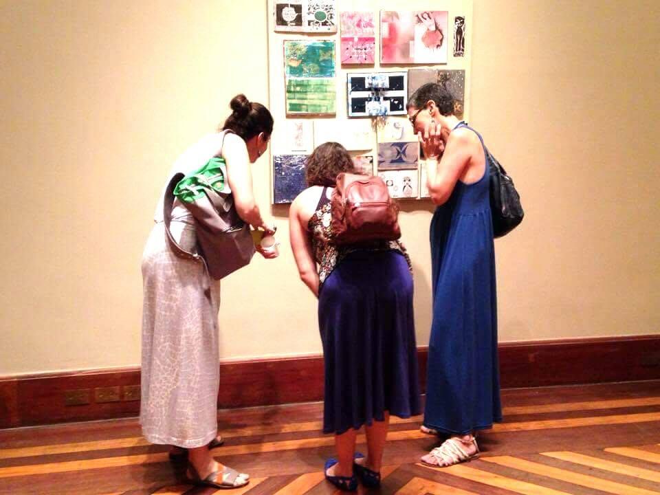 Livros para ver, tocar e sentir: visitantes observam e interagem com as obras