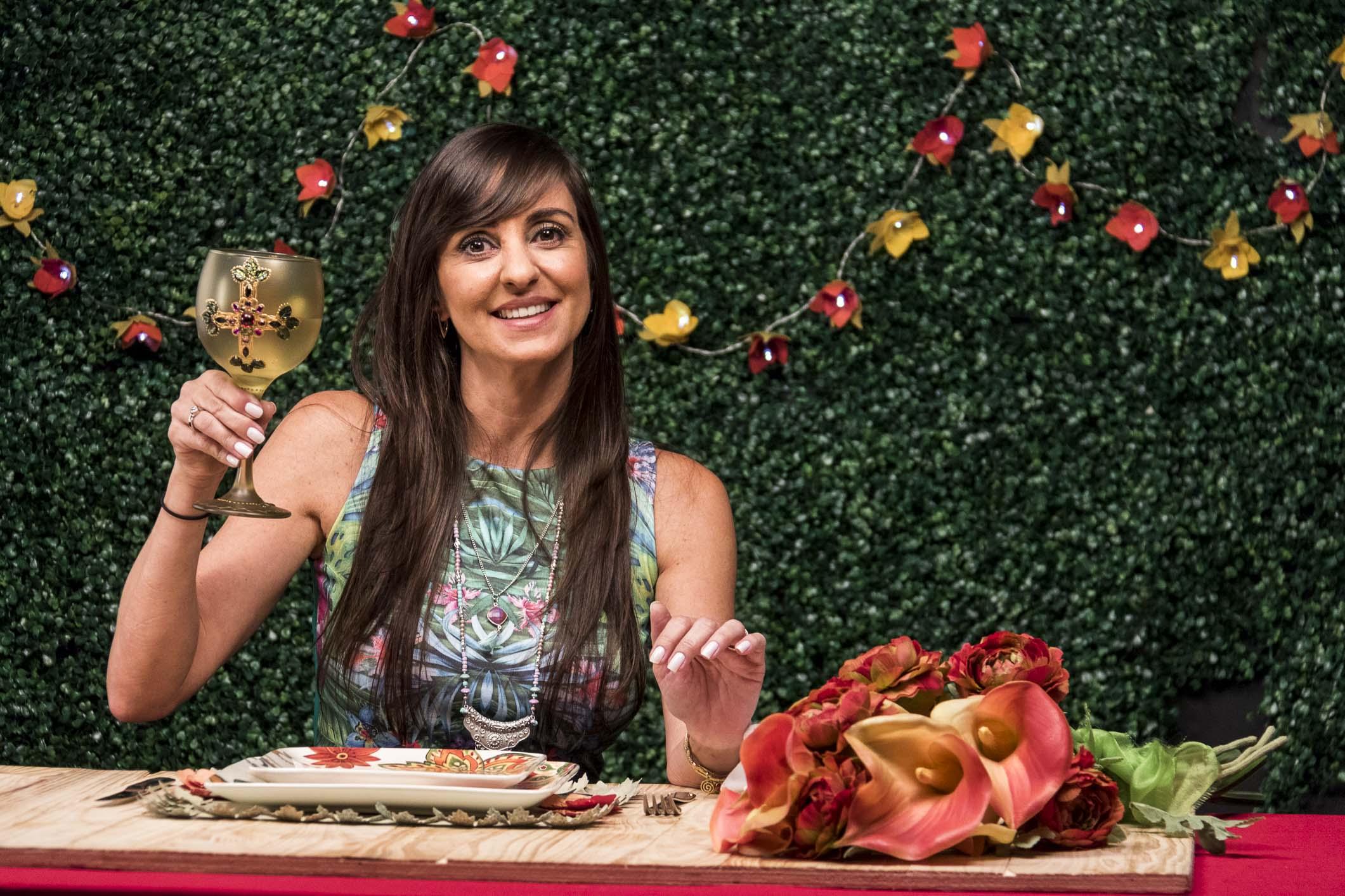 Aninha Haddad ensina o passo a passo para fazer peças em papel que deixam a decoração da mesa um charme!
