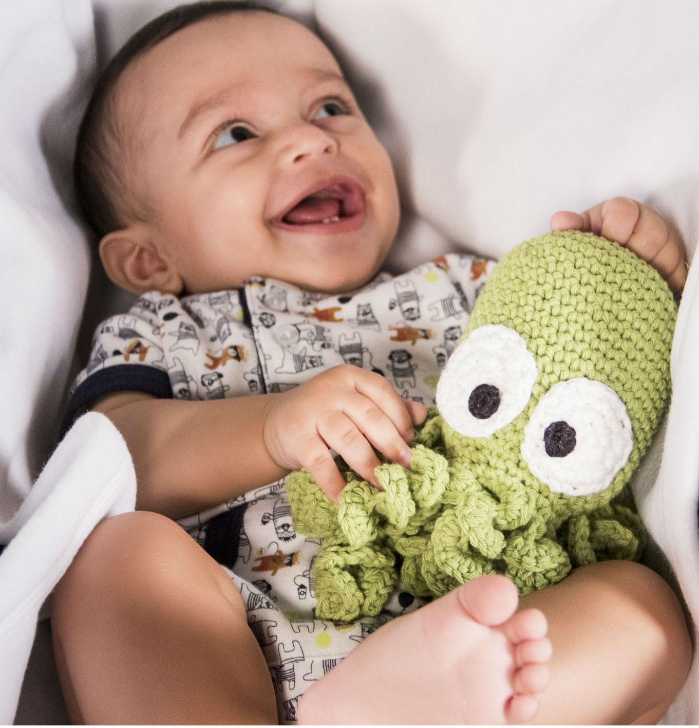 """O sorriso que diz tudo! """"Mamãe, eu <3 esse polvo de crochê!"""""""